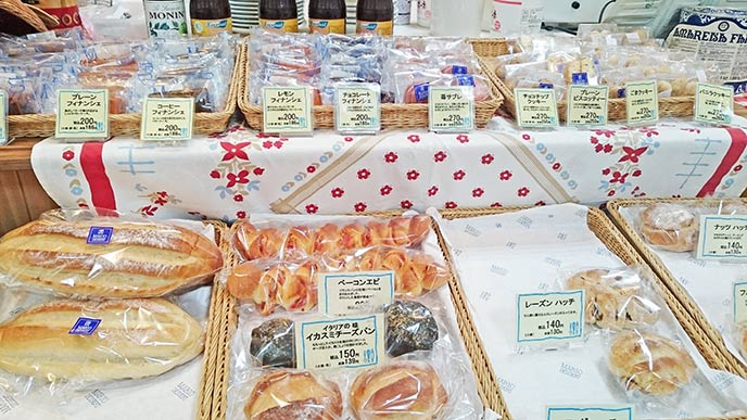 様々なパンや焼き菓子も販売されています。