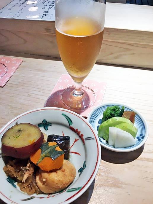 グラスで出されるビールと煮物が最高に美味しい♪