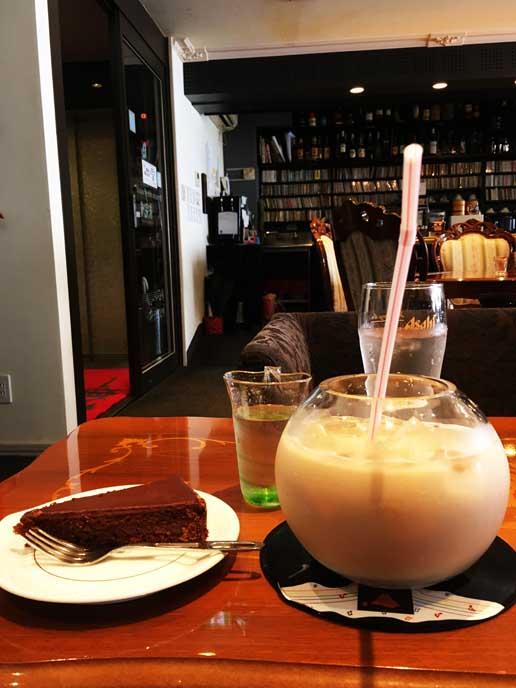 グラスにたっぷりと入ったミルクティー!大きくて丸っこいグラスがかわいい♥