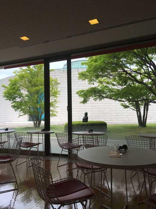館内のカフェでは、美術品を眺めた後にのんびりと過ごすことができます。