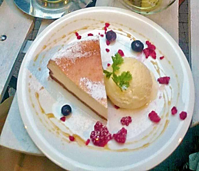 チーズケーキはアイスやベリーが添えられてとっても綺麗で美味しそう♪