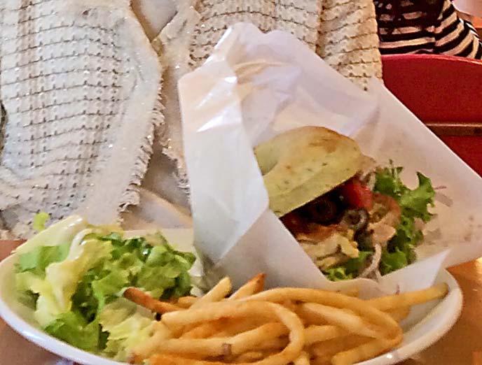 ベーグルサンドのプレートはポテトフライとサラダが添えられていてとってもお得♪