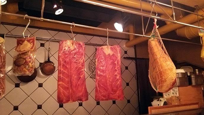 かたまり肉がぶら下がる、異国感漂うキッチンの様子