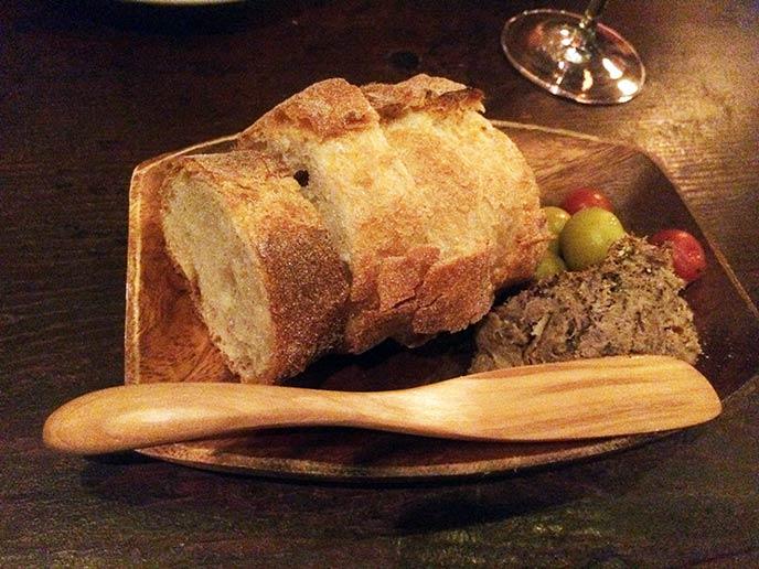 突き出しのパテ!こんもり盛れて、パンも大きい!