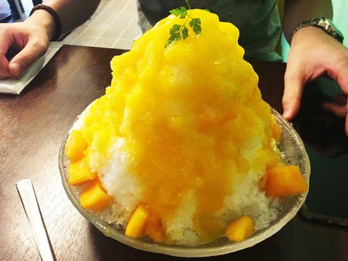夏はマンゴーの果肉たっぷりのかき氷も!