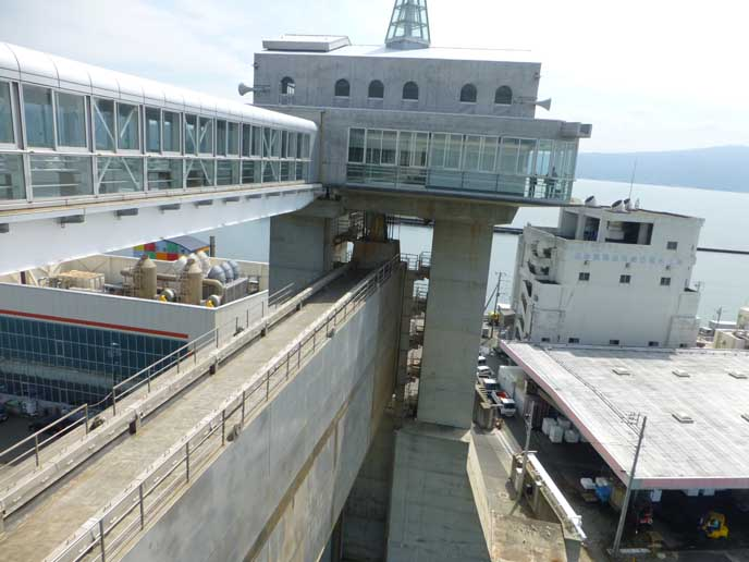 水門の上部には展望施設を設けており、こうして上から沼津港や水門を眺めることも可能!