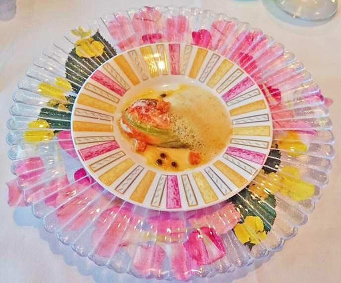 色鮮やかな皿に上品に盛り付けられています。