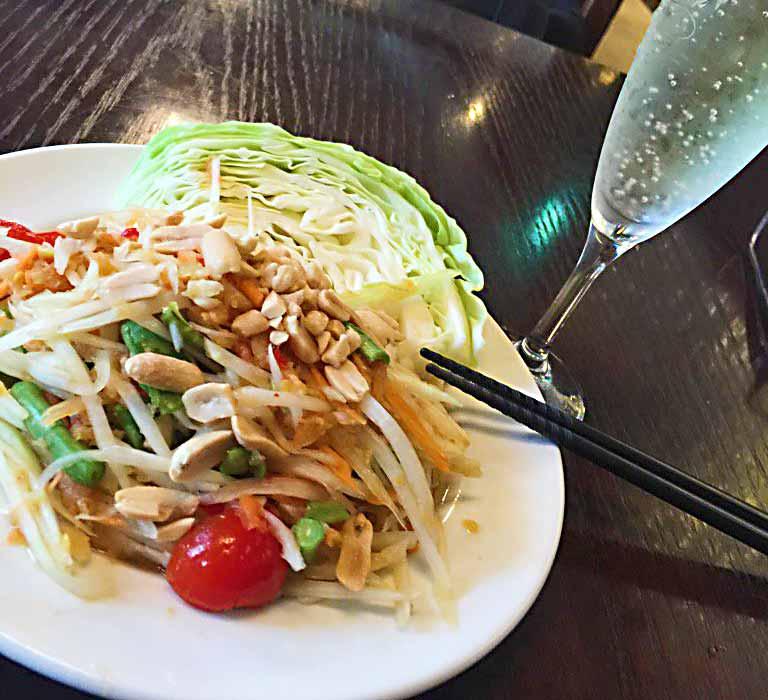 タイでよく食べられているというソムタム。青いパパイヤを使ったサラダで、パパイヤの甘みとライムの酸っぱさ、唐辛子の辛さなどが調和した美味しさ!