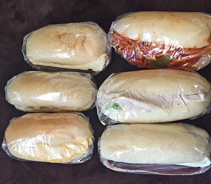 ナポリタンはパンからはみ出さんばかりに詰められています!
