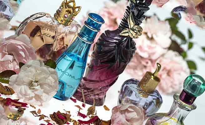 香水の瓶が並ぶ