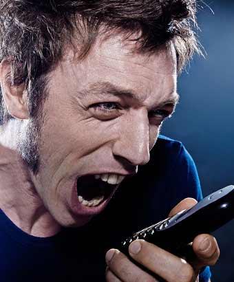 携帯電話に怒鳴る男性