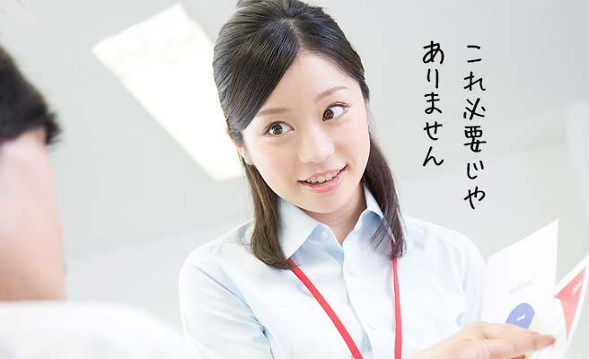 資料を指さしながら同僚に説明する女性