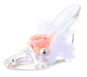 ガラスの靴に載せられたプリザーブドフラワーのシュシュール