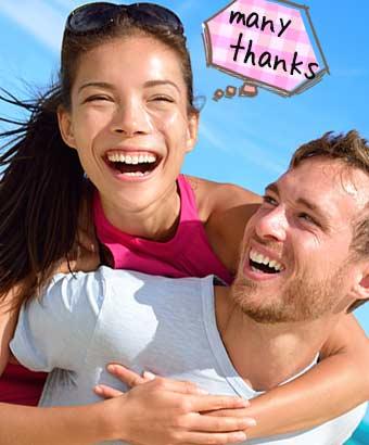 彼氏におんぶして笑顔で感謝の女性