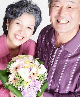 花束を持つ初老夫婦