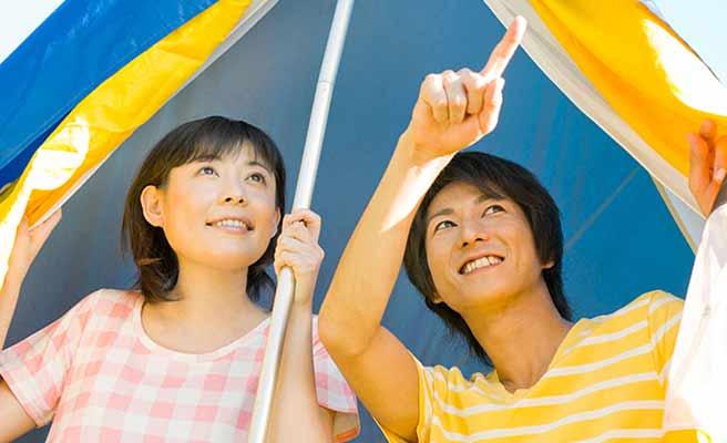 テントの中で語り合うカップル