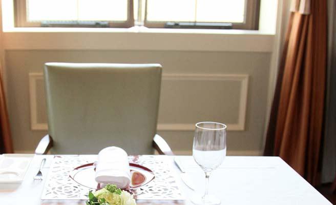 セッティングされたレストレイントのテーブル