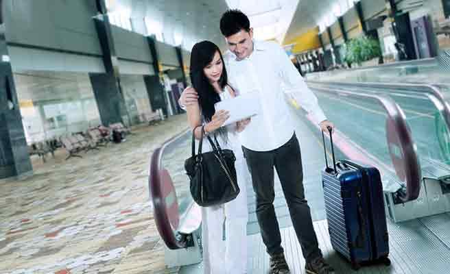 空港内で並んで立つカップル