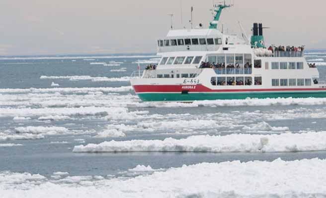 流氷の海を進む砕氷船