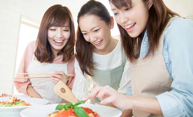 みんなで手料理を作る女性達