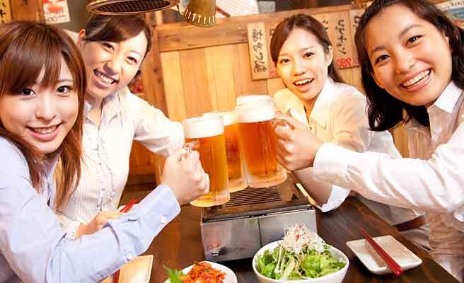 ビールジョッキで乾杯する女性達