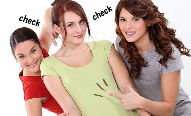 女性の体を指さす女性