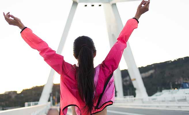一人のジョギングでゴールする女性