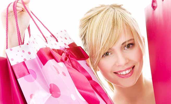 買い物袋を掲げる女性