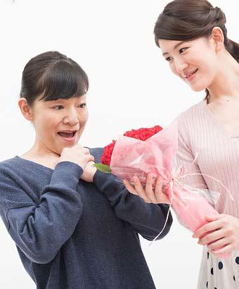 母へ感謝の花束を贈る女性