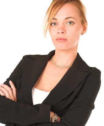 スーツ姿の女性が腕組みしている