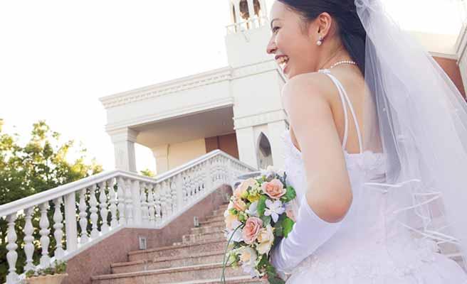 教会の階段を上る花嫁