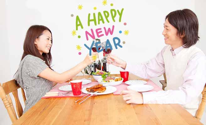 室内で会食するカップル