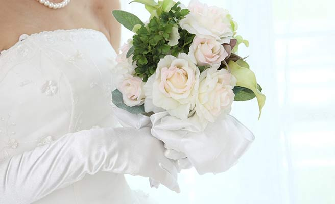花嫁の手にブーケ