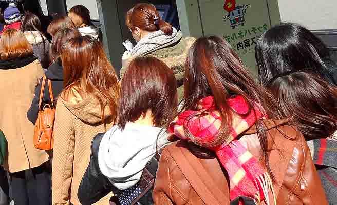 行列に並ぶ女性達