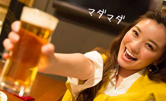 ビールジョッキを差し出す女性