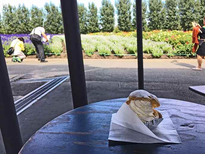 ボリューム満点のラベンダーシュークリーム!お花を見ながら食べるのがまた格別!