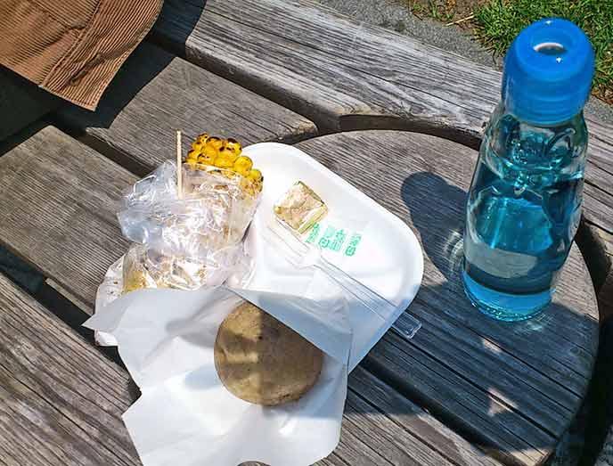 フードワゴンで販売されているじゃがバターや焼きとうもろこしにラムネ。晴れた日には公園内のベンチで食べるのが楽しい♪