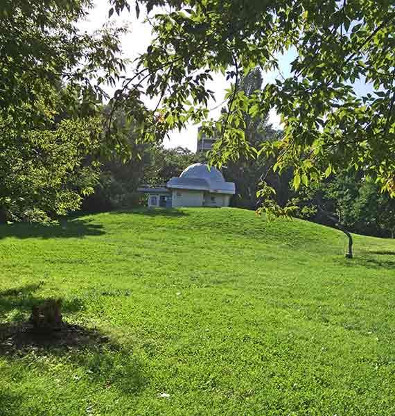 天文台そばの芝生では、シートを敷いてのんびりピクニックが楽しめます♪