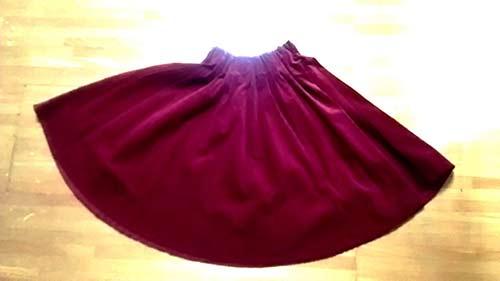 コーデュロイ素材のスカート。こちらは税込1619円。