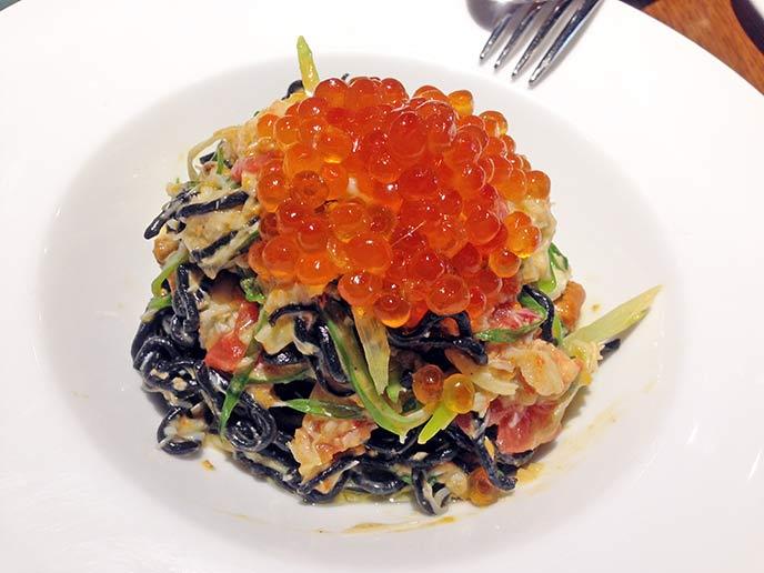 こちらの自慢の一品、ウニとズワイ蟹いくらをのせたイカスミを練り込んだタオリーニ。これを目当てに来る人もいるほど☆