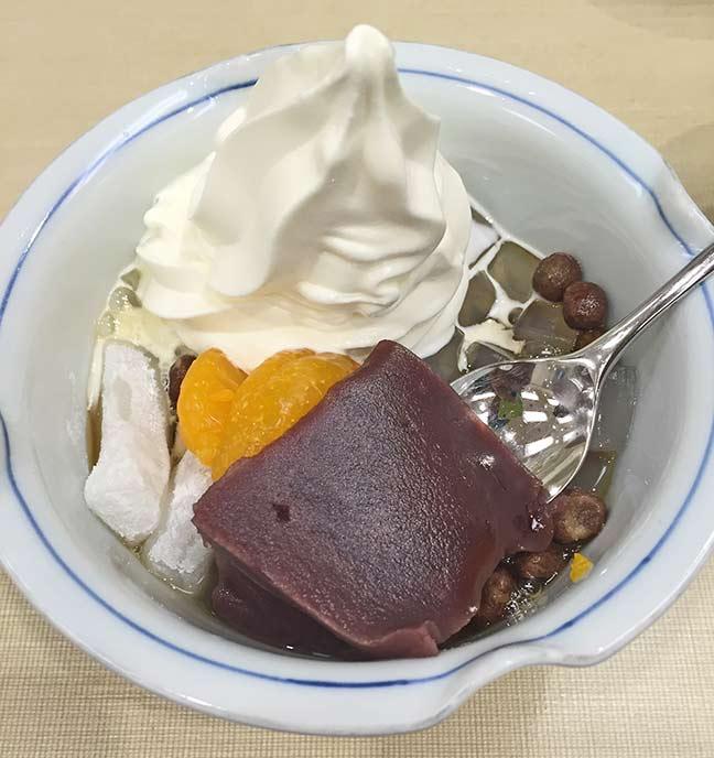 バニラソフトクリームが入ったクリームあんみつ。ソフトクリームなのがポイント。