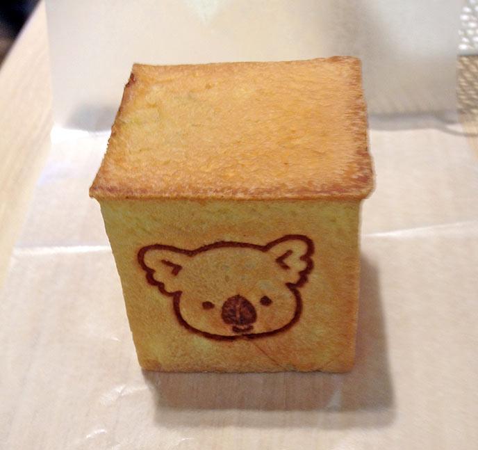 キューブの形をしたパンに、どこかで見たことがあるコアラの焼印が!
