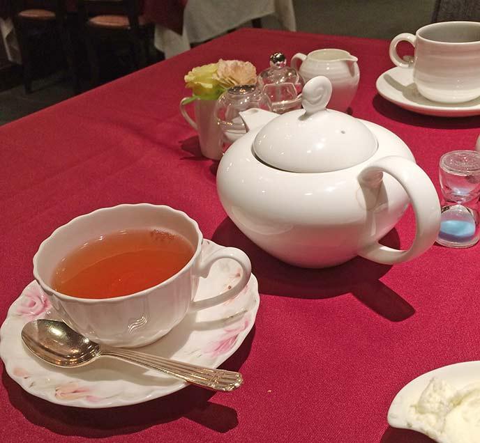 食後にいただける紅茶はティーポットに入って出されます。食後のホッとした時間を過ごせます♪
