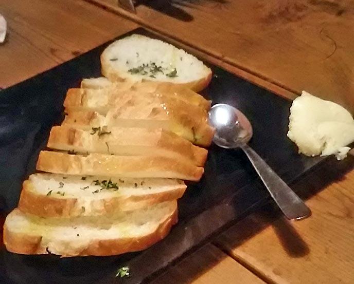 発酵バターが添えられたバケットもまた絶品!