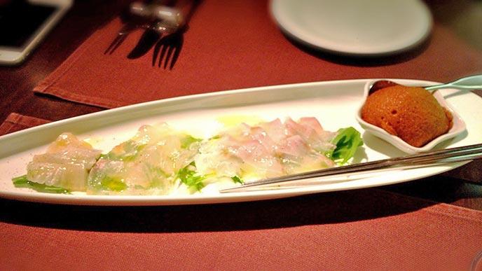 旬のお魚を使ったカルパッチョは、ムース状になったお醤油でいただけるのが面白い♪