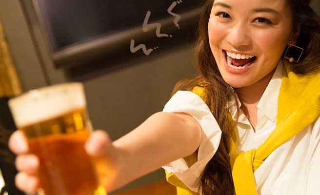 ビールを差し出しながら乾杯する女性