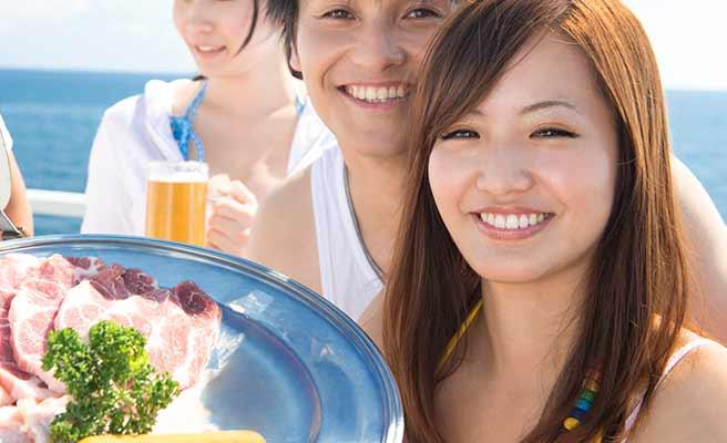 食材の盛られた皿を運ぶ女性