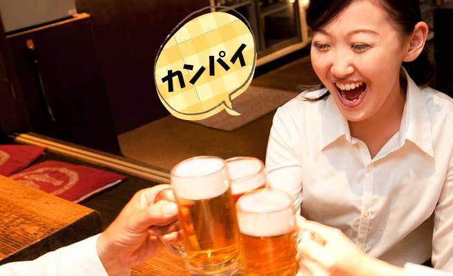 ビールで乾杯する笑顔の女性