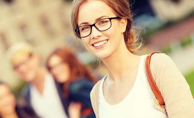 眼鏡をかけた真面目そうな女性