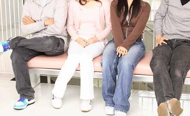 学生のグループがベンチに並んで座っている